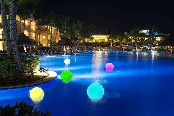 C mo conseguir juegos de luz en piscinas y jardines - Piscinas y jardines ...